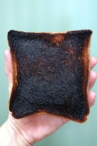 真っ黒に焼けたパン