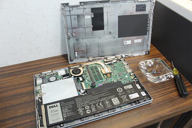 ノートパソコンの裏蓋をはずす